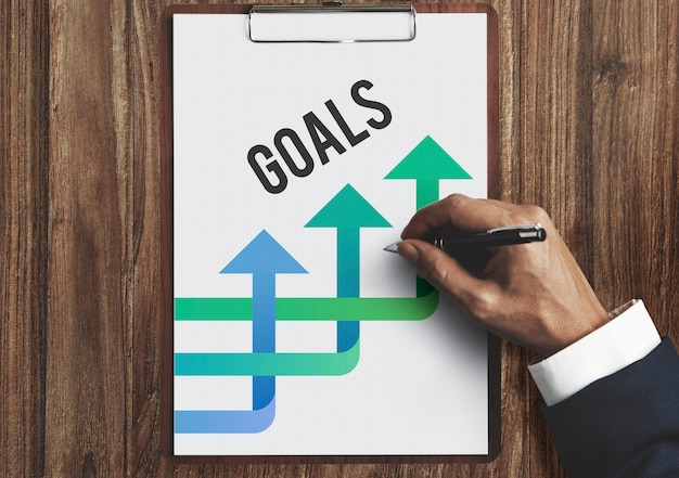 Handen schrijven businessplan op het blad