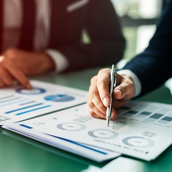 Handen schrijven zakelijke documenten desk concept