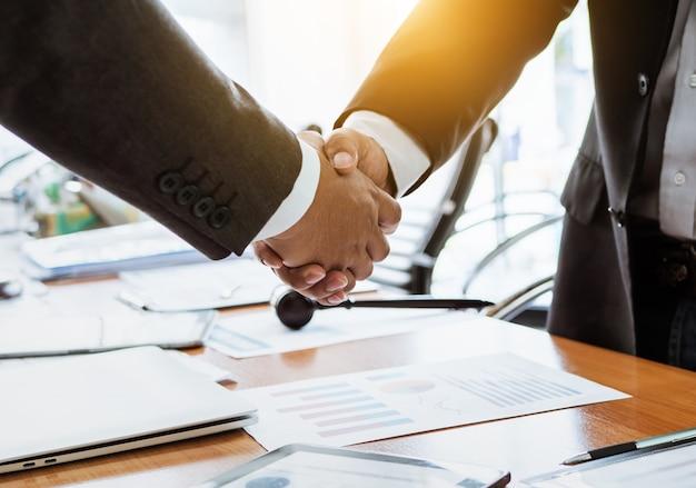 Handen schudden advocaat teamwerk mensen ontmoeten.