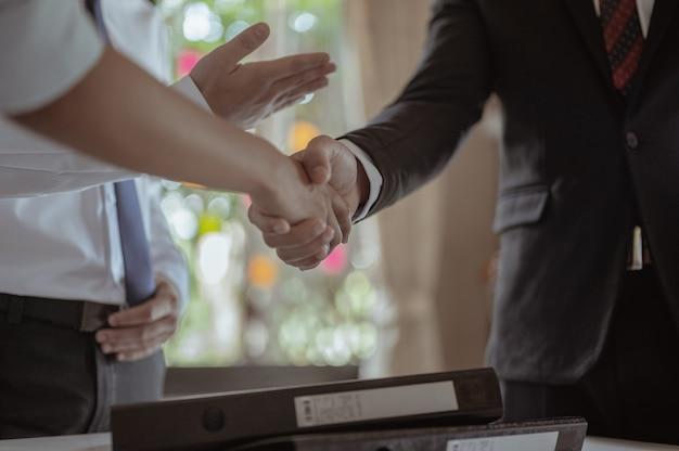 Handen schudden om succes te feliciteren