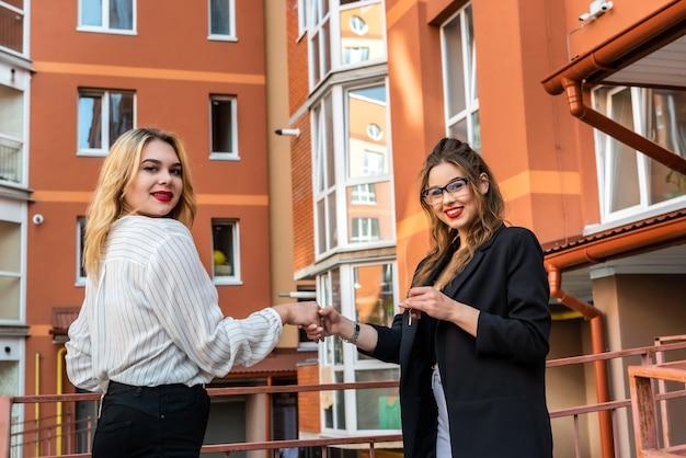 Handen schudden tussen verkoopagent en koper. verkoop of huur nieuw appartement in huis