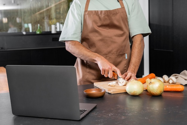 Handen snijden groenten close-up