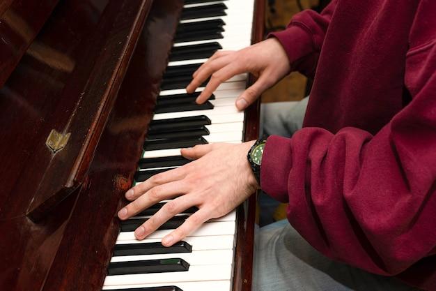 Handen spelen van muziek op de piano, handen en pianist, toetsenbord