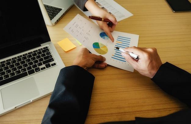 Handen statistieken werken close-up papierwerk vergadering