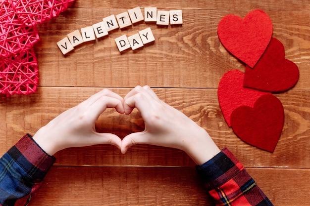 Handen tonen het hartsymbool. valentijnsdag