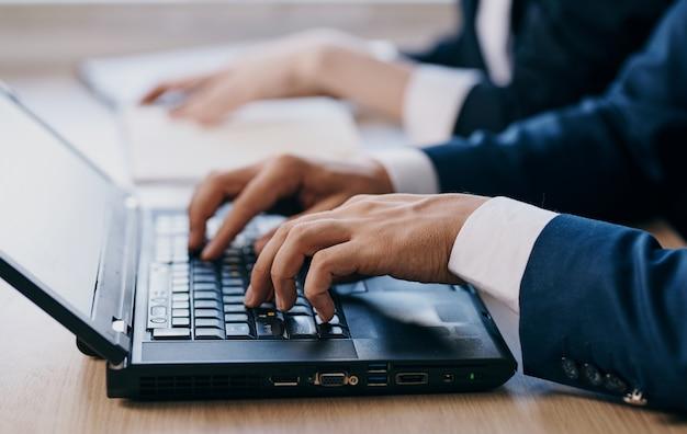 Handen typen op laptop