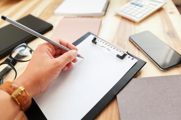 Handen van bedrijfsvrouw die het contractdocument ondertekenen
