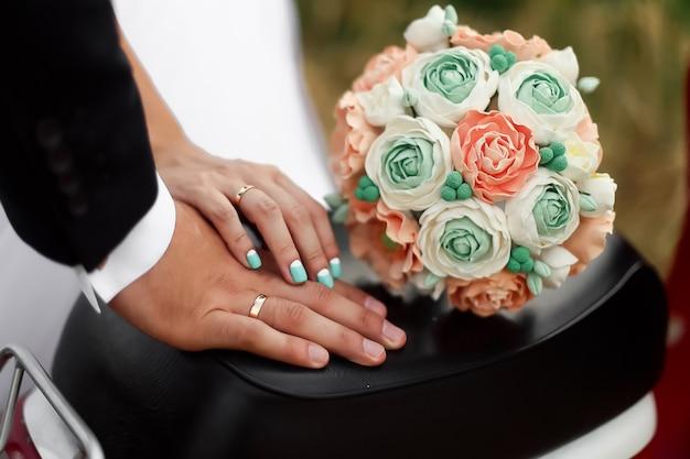 Handen van bruidegom en bruid met ringen