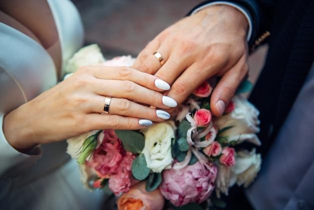 Handen van de bruid en bruidegom