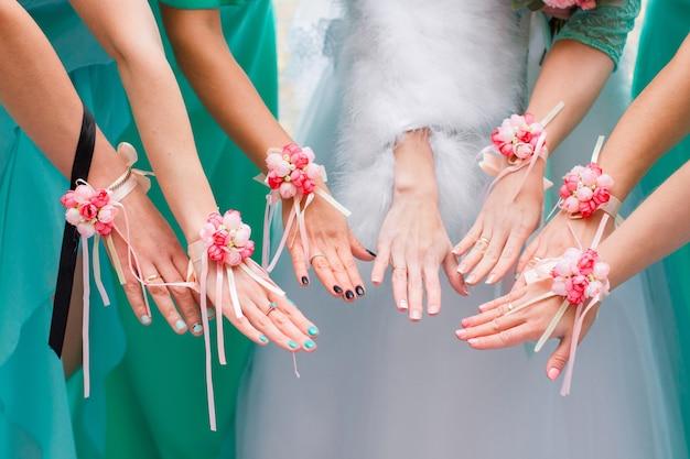 Handen van de bruid en bruidsmeisjes