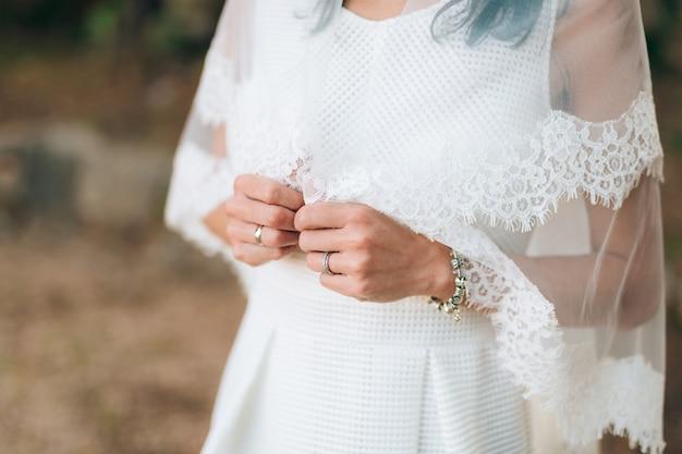 Handen van de bruid. trouwen in montenegro.