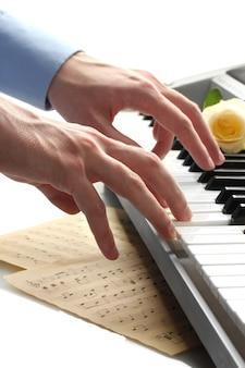 Handen van de mens die piano speelt