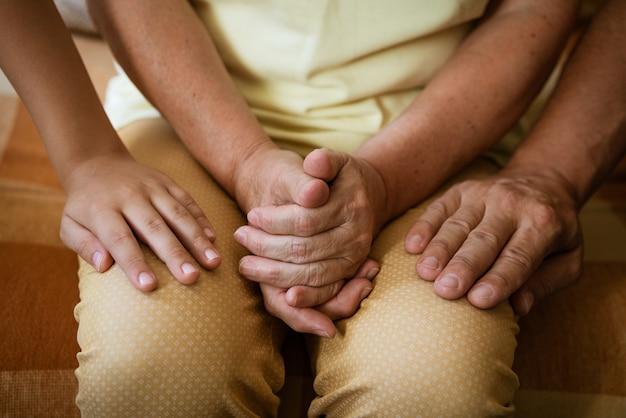 Handen van drie generaties sluiten omhoog