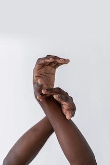 Handen van een amerikaanse zwarte persoon