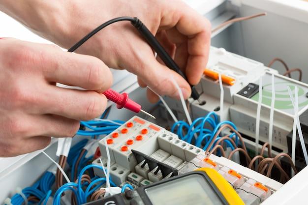 Handen van een elektricien