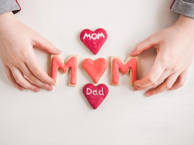 Handen van een jongere dochter en een woord mamma