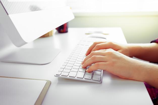 Handen van een kantoor vrouw te typen