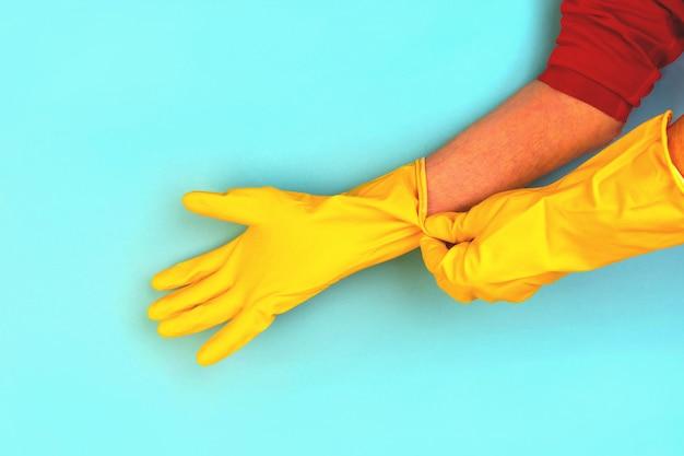 Handen van een oudere man met rubberen beschermende handschoenen. hygiëne huis schoonmaken.
