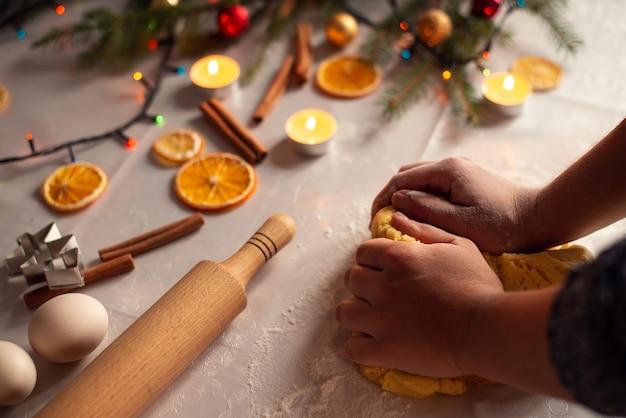 Handen van een vrouw die deeg voor koekjes maakt