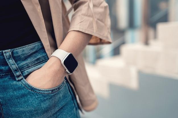 Handen van een vrouw die trendy slim horloge draagt wearing