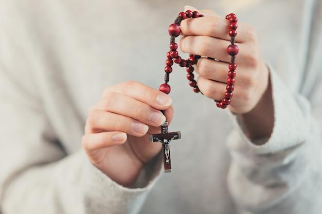 Handen van een vrouw met een rozenkrans
