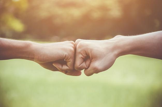 Handen van jonge man mensen vuist buil team teamwerk