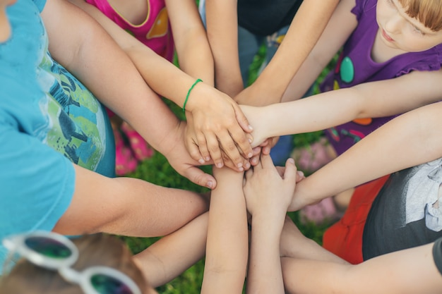 Handen van kinderen bij elkaar, straatspellen