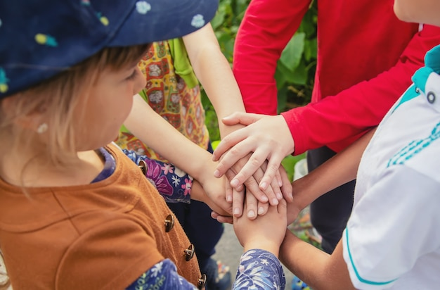 Handen van kinderen, veel vrienden, games