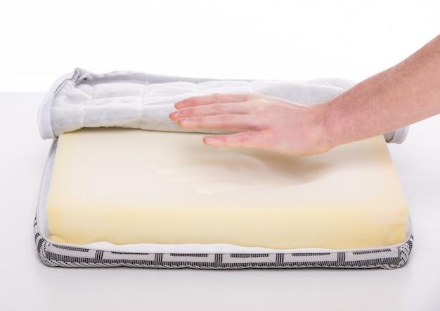 Handen van man met mooie matras die je in slaap hielp.