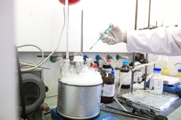 Handen van man onderzoeker doet onderzoek in een laboratorium, onderzoek naar nieuw geneesmiddel, chemie concept