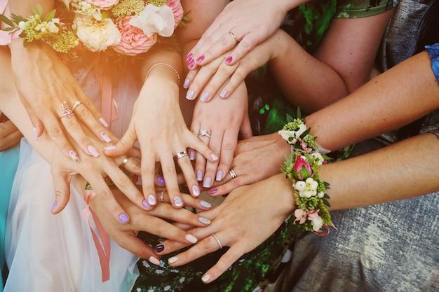 Handen van meisjes met ringen op de bruiloft. bruidsmeisje. huwelijk.