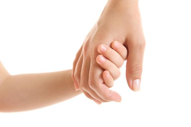 Handen van moeder en kind op wit wordt geïsoleerd