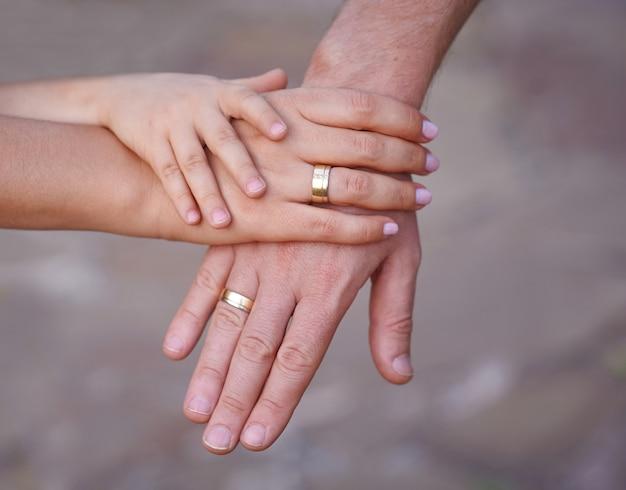 Handen van moeder vader en kleine baby.
