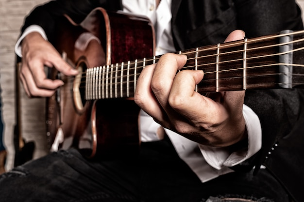 Handen van muzikant gitaar spelen