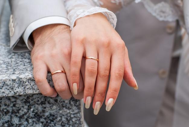 Handen van net getrouwd stel