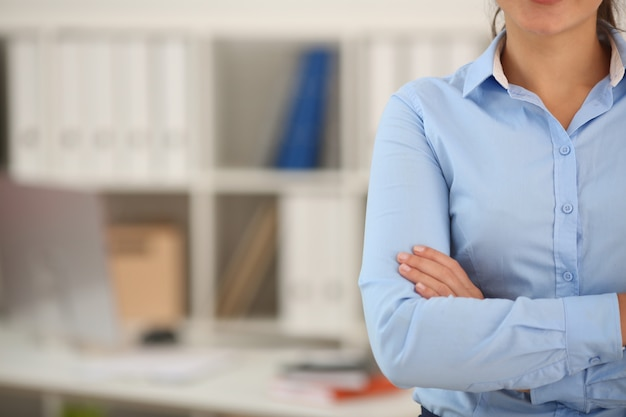 Handen van onderneemster op borst met werkplaats worden gekruist die. serieus bedrijf, aandelenmarkt of valutamarkt, jobaanbieding, uitstekend onderwijs, adviseur, gecertificeerd accountantconcept