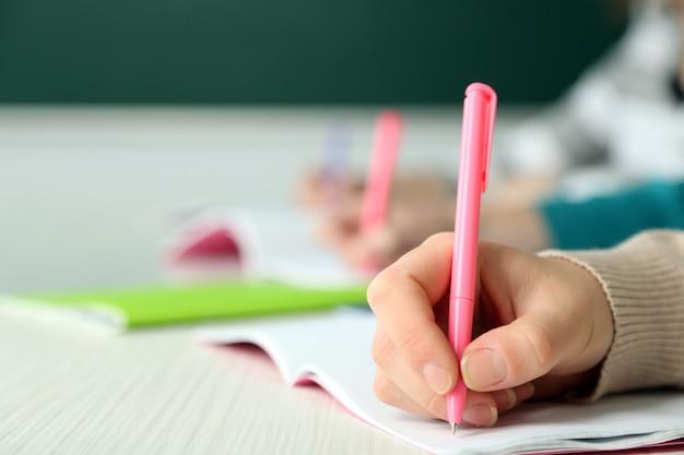 Handen van studenten op school, close-up