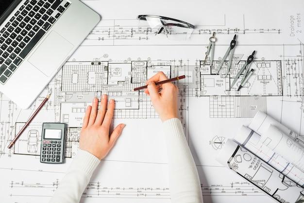 Handen van tekeningsarchitect