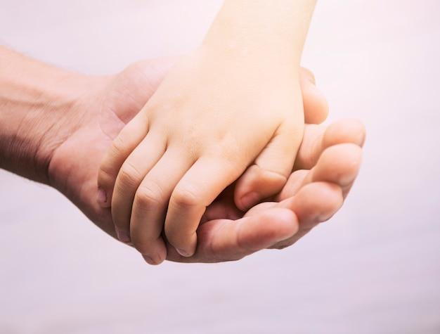 Handen van vader en zoon