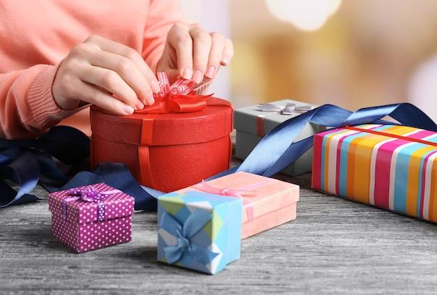 Handen van vrouw inpakken presenteert voor vakantie