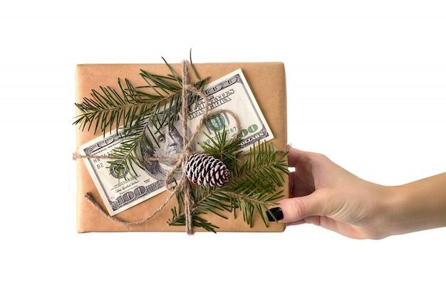 Handen van vrouw met kerst geschenk doos