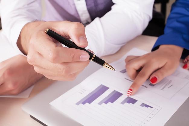 Handen van zakenmensen tijdens teamwerk