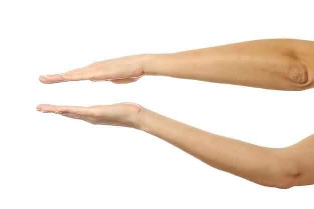 Handen vasthouden of meten. vrouw hand met franse manicure gebaren geïsoleerd op een witte muur. onderdeel van series