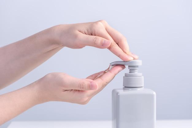 Handen wassen. aziatische jonge vrouw die zeep gebruikt om handen te wassen, concept van hygiëne om te stoppen met het verspreiden van coronavirus geïsoleerd op grijs witte achtergrond, close-up.