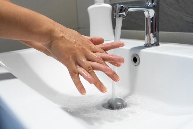 Handen wassen die met zeepvrouw wrijven