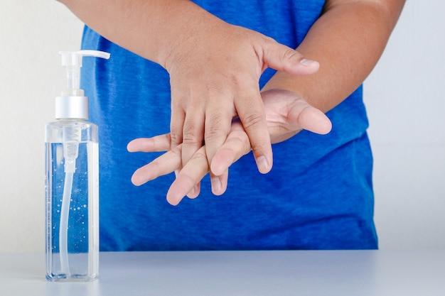 Handen wassen met alcohol doe het in de handpalm en wrijf over de handpalm.