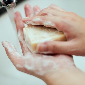 Handen wassen met een stuk zeep