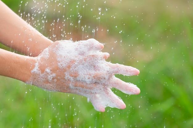 Handen wassen met zeep om ziektes te voorkomen