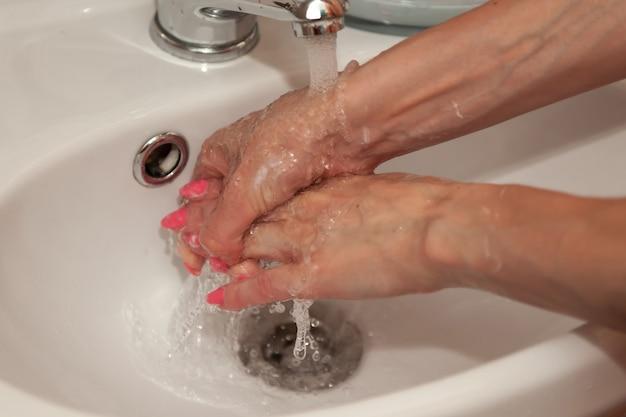 Handen wassen met zeepmeisje voor preventie