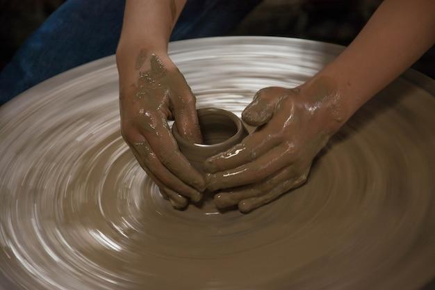 Handen werken klei op pottenbakkerswiel lampang in thailand